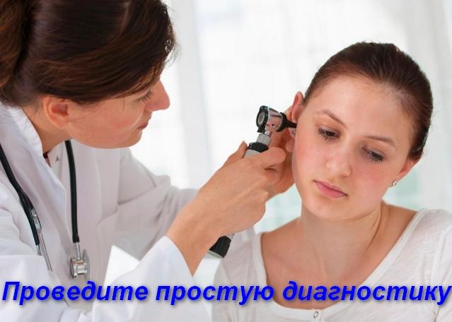 врач осматривает ухо у девушки
