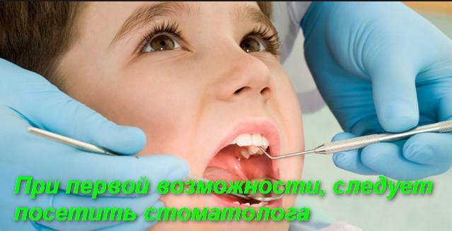 стоматолог осматривает зубы ребенка