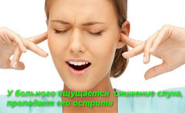женщина пальцами закрыла уши