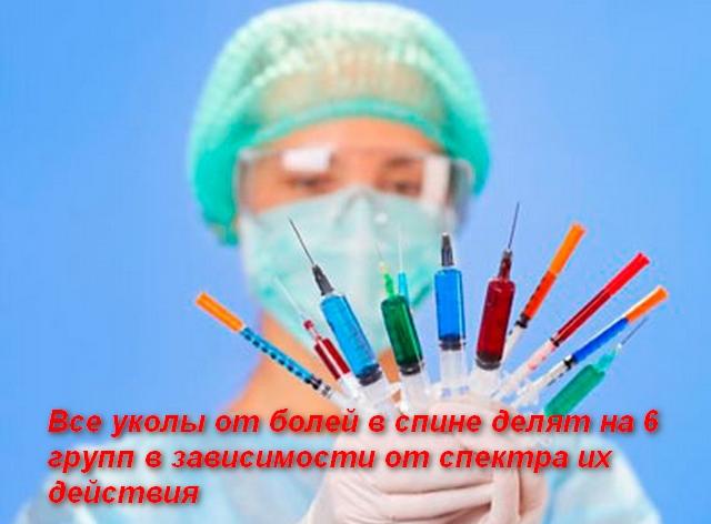 в руках врача много шприцов