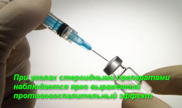 врач набирает шприцом лекарство из ампулы