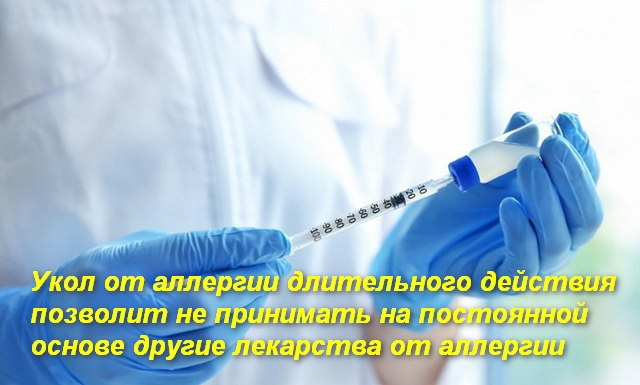 врач набирает шприцом лекарство