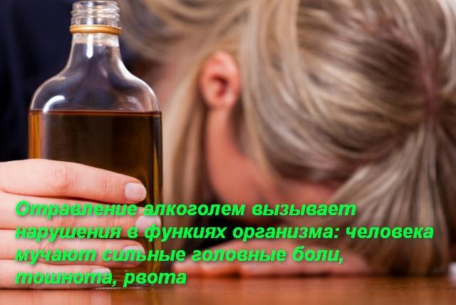 женщина в руке держит бутылку с алкоголем