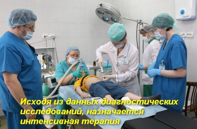 врачи стоят вокруг пациента