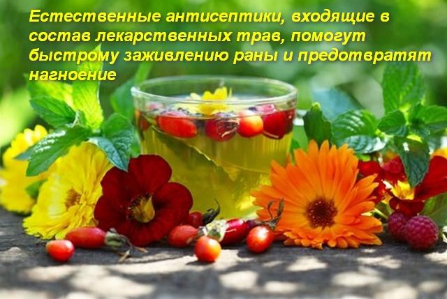 стакан с чаем и цветы на столе